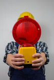 Bauarbeiter mit einer roten Baustandortlampe Stockfotografie