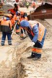 Bauarbeiter mit einer Schaufel Stockfotos