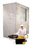 Bauarbeiter mit offener Werkzeugkasten- und Zementwand auf weißem b Stockfoto