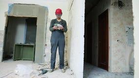 Bauarbeiter mit Perforator stock video footage