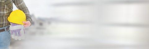 Bauarbeiter mit Schutzhelm vor Baustelle mit Übergangseffekt lizenzfreies stockfoto
