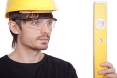 Bauarbeiter mit Stufe Stockfoto