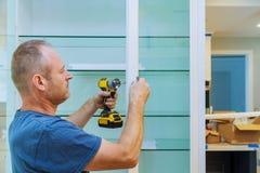 Bauarbeiter stellt einen neuen Griff ein lizenzfreie stockbilder