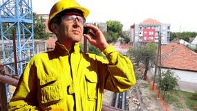 Bauarbeiter Talking On The Smartphone an der Baustelle Stockbild
