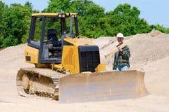 Bauarbeiter und Planierraupe Lizenzfreies Stockbild