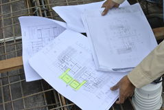 Bauarbeiter, welche auf die Bauzeichnung sich beziehen Lizenzfreie Stockfotografie