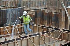 Bauarbeiter, welche die chemische Behandlung der Antitermite sprühen Lizenzfreie Stockbilder