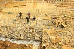 Bauarbeiter, welche die Sperre und die Weise aufbauen, das Blockieren zu wässern die Weise bedeutete, vom PA in das bevorstehende Lizenzfreies Stockfoto