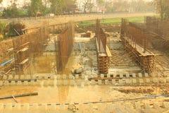 Bauarbeiter, welche die Sperre und die Weise aufbauen, das Blockieren zu wässern die Weise bedeutete, vom PA in das bevorstehende Stockfotos