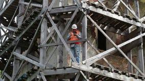 Bauarbeiter zeigt sich Daumen und macht Fotos auf Tablet-PC stock footage