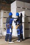 Bauarbeiter zwei, der Ablage zählt stockfoto