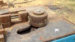 Bauarbeitergebrauch Stahlstangen-verbiegende Maschine bereiten Sie Stahl für Stehmittelsäule vor stock video footage
