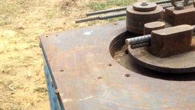 Bauarbeitergebrauch Stahlstangen-verbiegende Maschine bereiten Sie Stahl für Stehmittelsäule vor stock video