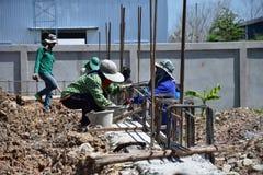 Bauarbeiterzusammenbau von Stahlstangen Lizenzfreie Stockbilder