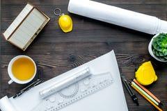 Baubüro mit Architektenwerkzeugen auf Draufsicht des hölzernen Hintergrundes Stockfoto