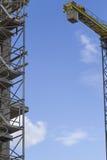Baubaugerüst- und -kranelement Hintergrund des blauen Himmels Stockfoto
