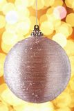 Baubel scintillant de décoration d'arbre de Noël Photographie stock