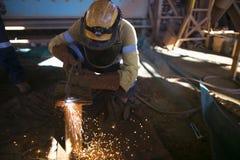 Baubergmannarbeitskraft, die langärmliges T-Shirt, Sicherheitsstahlkappenstiefel, Schutzhelm, Gesichtsschild-Sicherheitsschutz be stockbilder