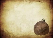 Bauble över tappningpapper, julbakgrund arkivfoton