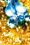 Bauble azul na decoração dourada Fotografia de Stock Royalty Free