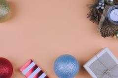 bauble błękitny bożych narodzeń składu szkło Bożenarodzeniowa świeczka, Bożenarodzeniowe piłki Odgórny widok, kopii przestrzeń do obraz stock