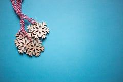 bauble błękitny bożych narodzeń składu szkło Bożenarodzeniowe drewniane płatek śniegu dekoracje na błękitnym tle Odgórny widok, k obraz royalty free