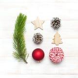 bauble błękitny bożych narodzeń składu szkło Nowego Roku ` s drewniane zabawki, jedlinowi rożki, sosny gałąź, czerwona piłka, pre fotografia royalty free