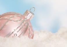 Bauble cor-de-rosa do Natal na neve imagens de stock royalty free