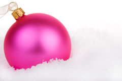 Bauble cor-de-rosa do Natal na neve Imagem de Stock Royalty Free