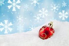 Bauble do Natal na neve imagem de stock