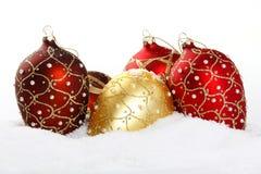 Bauble do Natal no fundo branco da neve Imagens de Stock Royalty Free