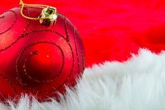 Bauble do Natal sobre o vermelho Imagens de Stock Royalty Free