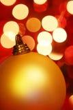 Bauble dourado do Natal Fotos de Stock