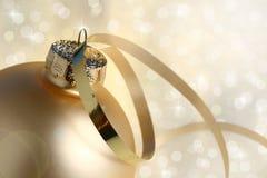 Bauble e luzes do Natal do ouro fotografia de stock royalty free
