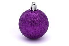 Bauble roxo de brilho do Natal Fotos de Stock Royalty Free