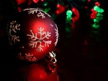 Bauble vermelho de descanso do floco de neve Fotos de Stock Royalty Free