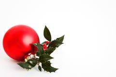 Bauble vermelho do Natal com azevinho Fotos de Stock Royalty Free