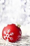 Bauble vermelho do Natal com boketh Foto de Stock