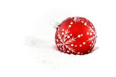 Bauble vermelho do Natal na neve Fotografia de Stock Royalty Free