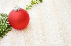 Bauble vermelho do Natal sobre o laço Fotografia de Stock