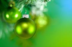 зеленый цвет рождества baubles Стоковые Изображения