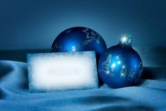 Baubles azuis em uma seda com cartão imagem de stock royalty free