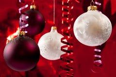 Baubles brancos e vermelhos Foto de Stock Royalty Free