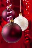 Baubles brancos e vermelhos Imagem de Stock Royalty Free