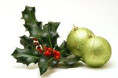 Baubles do Natal com azevinho fotos de stock royalty free