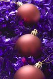 Baubles do Xmas no ouropel Fotografia de Stock
