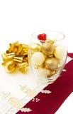 Baubles dourados do Natal e curva festiva Imagens de Stock