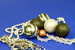 Baubles e grânulos do Xmas na prata, no preto e no vermelho Imagem de Stock Royalty Free