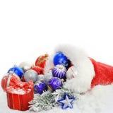 Baubles e presente do Natal no chapéu de Papai Noel Imagem de Stock