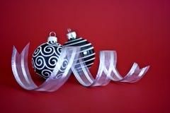 Baubles preto e branco do Natal com fita Imagem de Stock
